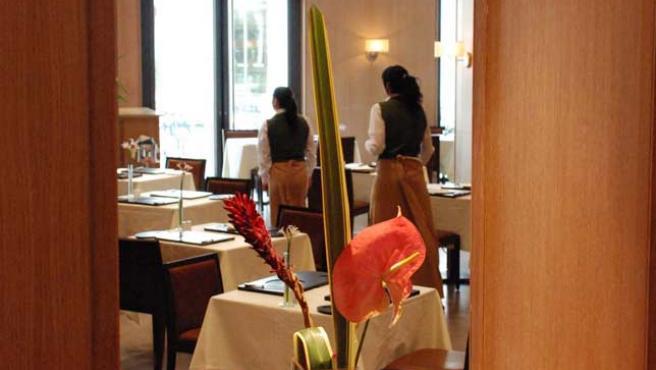 Camareras y camareros del hotel Westin, que abrirá oficialmente el lunes, visten faldas. (Begoña Gómez)