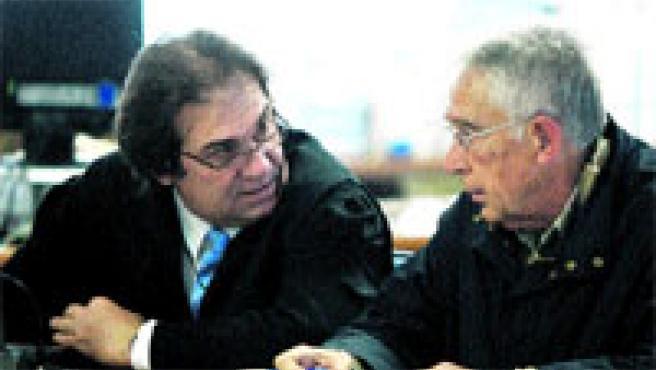 Juan Maeso junto a su abogado, ayer en el juicio celebrado en la Audiencia Provincial de Valencia. (Kai Försterling / Efe)