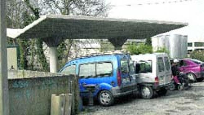 Los vecinos piden al Ayuntamiento que impida el paso de los vehículos a esta pérgola.(Moncho Fuentes)