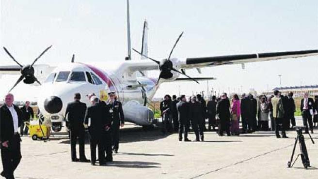 La planta sevillana de Eads-CASA entregó al Gobierno tres de los cuatro aviones CN-235 que ha construido en España (EFE).