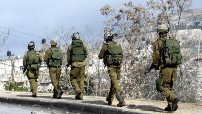 Soldados israelíes patrullan en la ciudad cisjordana de Naplusa. (EFE)