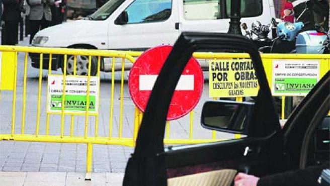 Los coches y peatones que circularon ayer por el entorno de la calle semipeatonal Méndez Núñez. (F. S.)