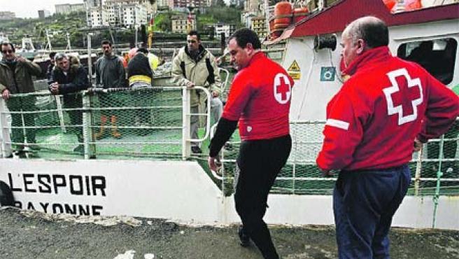 Un marinero portugués de 44 años fue encontrado ayer flotando en aguas del puerto.(Efe/Juan Herrero)