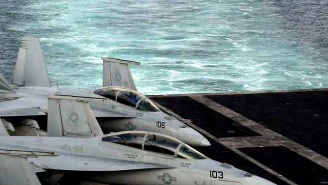 Aviones de guerra estadounidenses a bordo de un portaaviones apostado en el Golfo Pérsico (Hasan Jamali / AP Photo).