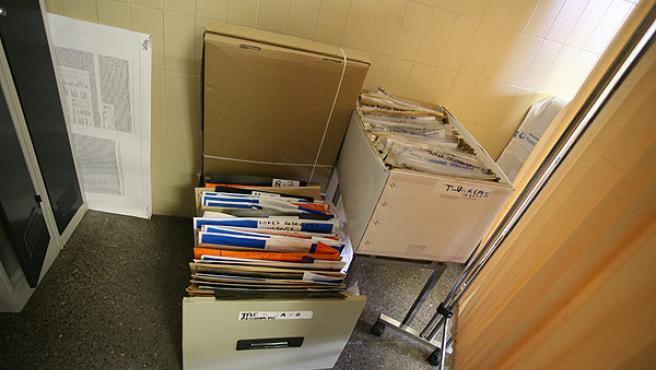 Algunas de las historias médicas están en cajas sin cerrar, al alcance de cualquiera (SERGIO GONZÁLEZ)