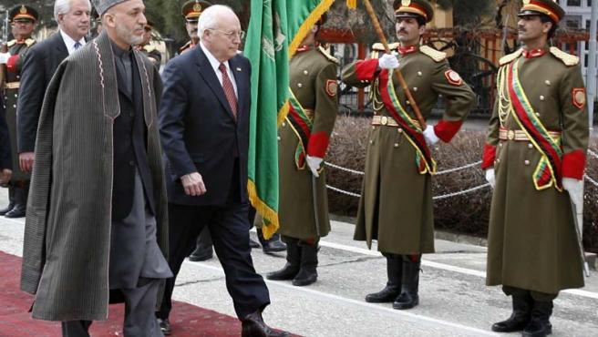 El vicepresidente, en su reunión con el presidente Karzai, después del atentado contra la base en la que se encontraba.