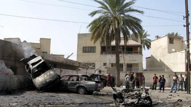 Una de los ataques que se produjo este martes en Bagdad en un aparcamiento público dejó dos muertos y siete heridos (Foto: Efe)