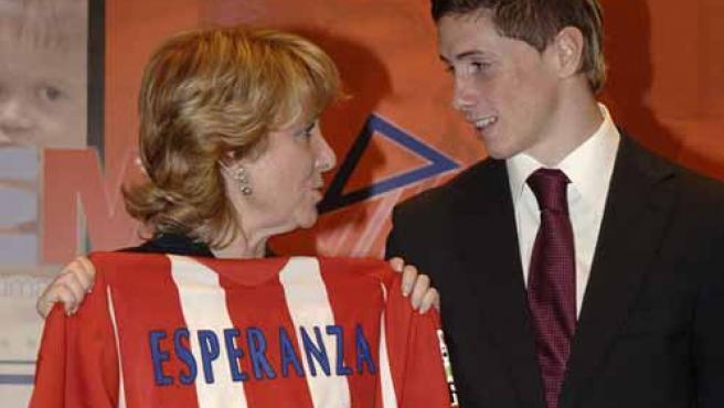 Esperanza Aguirre conversa animadamente con Fernando Torres. (Efe)