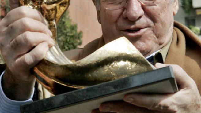 El cantante Manolo Escobar posa con el premio Ola de Oro que recibió en reconocimiento a su trayectoria cinematográfica.