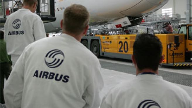 Unos empleados de la compañía aeronaútica revisan el nuevo Airbus A380 (Foto: Reuters)