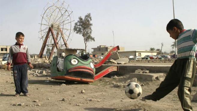 Unos niños juegan en un parque en Falluja, al oeste de Irak (Foto: Reuters)