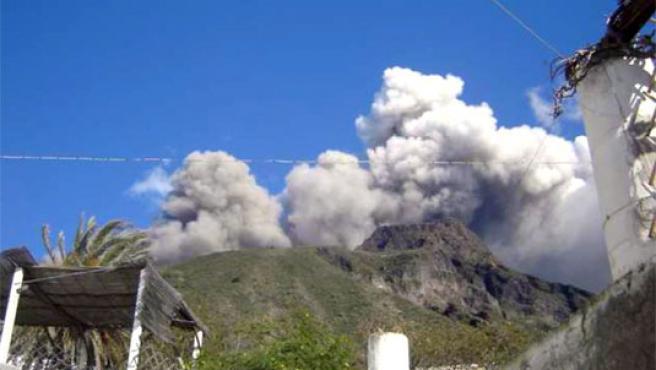 Vista de una de las dos erupciones del volcán de la isla sureña de Stromboli, cercana a Sicilia (Foto: Efe)
