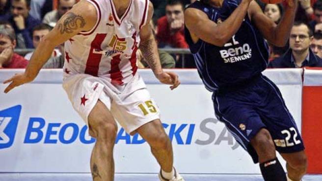 Louis Bullock del Real Madrid controla el balón en presencia de Milan Gurovic del Estrella Roja. (Efe)