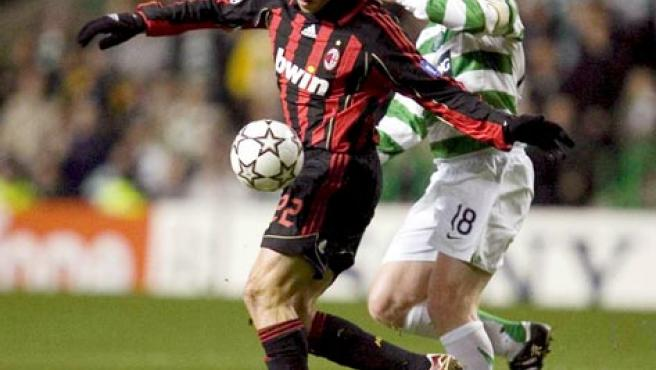 Lennon, del Celtic, lucha por controlar el esférico con el jugador del AC Milan Kaká en una foto de archivo. (Efe)