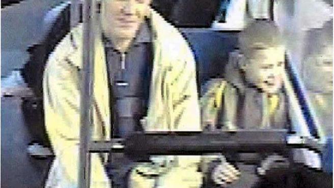 Imagen del circuito cerrado de televisión de un tranvía, en la que se aprecia a Mitja y su presunto asesino y violador. (Efe)