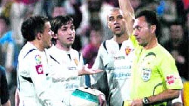 D'Alessandro vio la roja por propinar un cabezazo a Leo Messi en la segunda parte. (EFE)