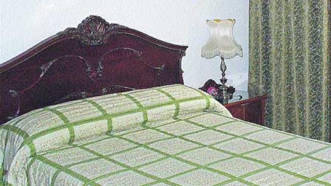 1. Los tonos claros, predominantes en la cocina, dan una mayor La habitación está presidida por un clásico cabecero de madera de roble. (J. M.).