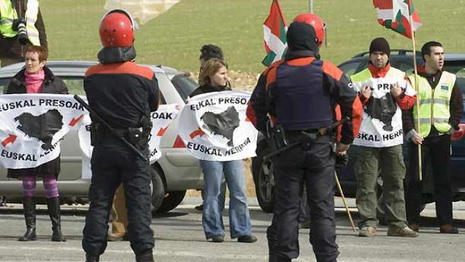 La Ertzaintza vigila a simpatizantes de la izquierda abertzale que han esperan en un peaje próximo a Vitoria el paso de la ambulancia (EFE/David Aguilar)