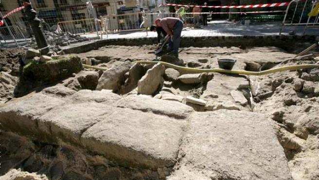 Vista de las excavaciones que se llevan a cabo en la plaza del Ejército de Ávila (Foto: Efe)