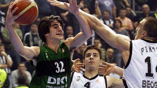 Ricky Rubio (i), del Joventut, intenta encestar en presencia de Nikola Pekovic (d), del Partizan de Belgrado. (Efe)