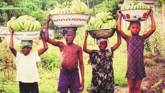Jara Esbert ha recogido a los habitantes de una aldea guineana en sus fotografías.