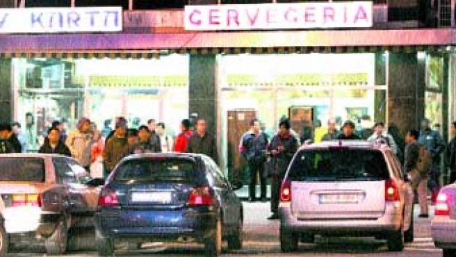 Mercado de mano de obra. Varios contratistas reclutan obreros ilegales en plaza Elíptica, Carabanchel.