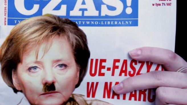 """La portada del número de marzo de la revista """"Najwyzszy Czas!"""" muestra una fotografía de la canciller alemana Angela Merkel con uniforme marrón y un bigote como el de Adolf Hitler, hoy viernes 2 de marzo."""