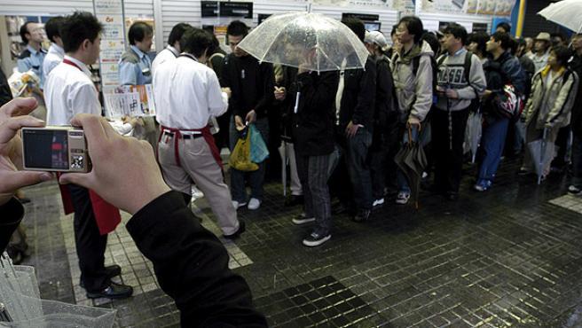 En Japón (en la imagen) y EEUU se formaron largas colas para conseguir una PS3.