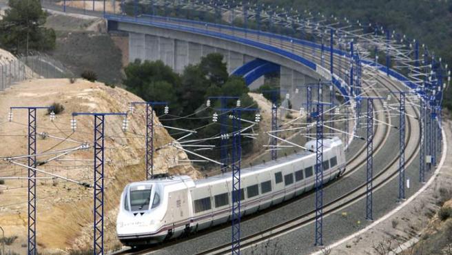 El AVE en el recorrido inaugural del tramo entre Lleida y Tarragona, a su paso por Vinaixa.