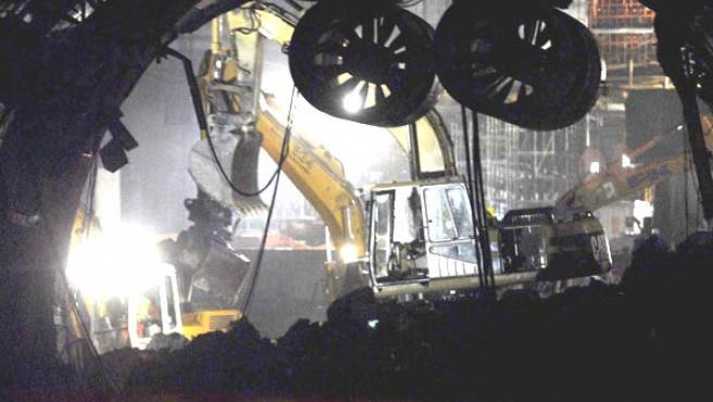 Una máquina retira escombros en el interior del túnel de Viella. (Laurent Dominique/Efe)
