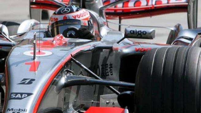 Fernando Alonso a los volantes del McLaren durante unos test de pretemporada (Archivo).