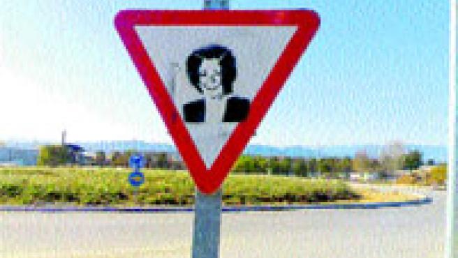 La foto muestra la cara de Rita Barberá en una señal de tráfico.