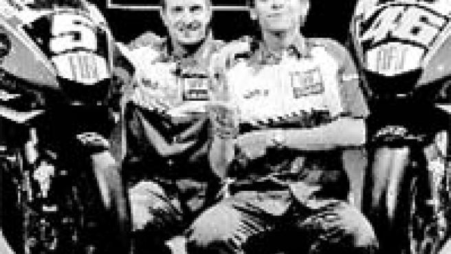 Rossi (dcha.) y Edwards se presentaron ayer en Milán con Yamaha.(Reuters)
