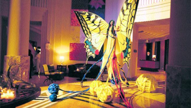 La inauguración, que contó con un espectacular montaje realizado por la compañía valenciana Xarxa Teatre, recorrió el hotel y su jardín central, que tiene 1.850 metros cuadrados. (Paco Llopis)