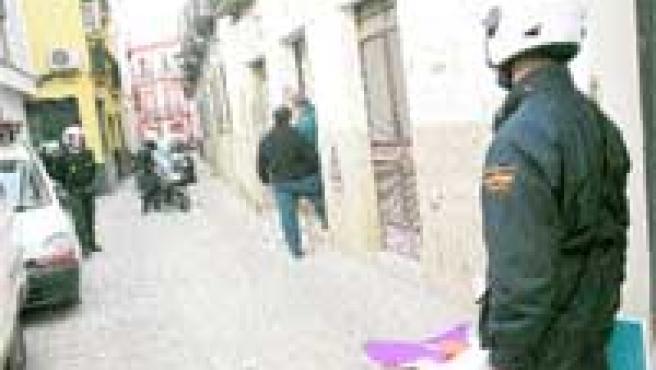 Dos agentes de la Policía vigilan la calle Pozo (Aníbal González).