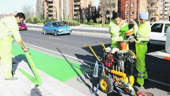 El carril-bici de la avenida de Salamanca toma color. (Pablo Elías).