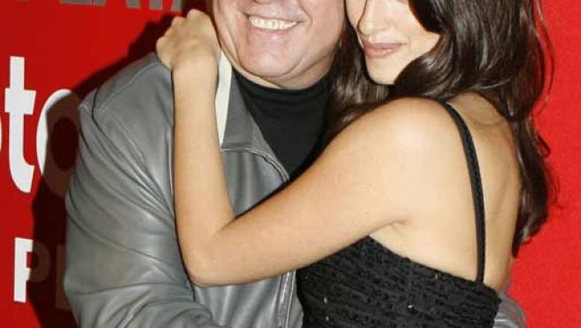Almodóvar y Penélope Cruz posaron juntos anoche durante la gala Fotogramas de Plata 2006. (EFE)