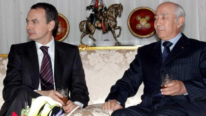 Rodríguez Zapatero junto al primer ministro marroquí, Dris Jetu. (Karim Selmaoui / EFE)
