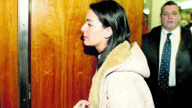 La acusada del atropello entra ayer en la sala. (Miriam Chacón/Ical).