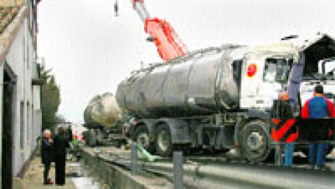 Treballs per treure de la via el camió que va bolcar ahir i va causar retencions a la C-17. (Anna Molas / Acn)