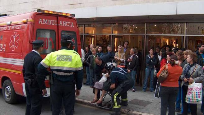 Todos los clientes de El Corte Inglés en Sevilla tuvieron que ser desalojados tras el incendio provocado por las obras.