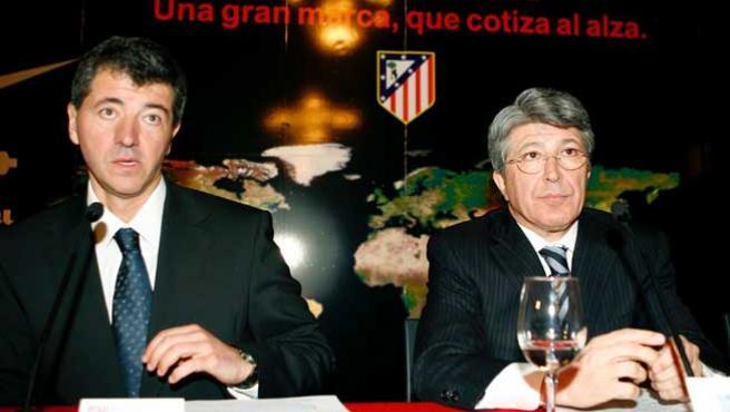Miguel Angel Gil Marín (i), consejero delegado del Atlético de Madrid, y Enrique Cerezo. (Efe)