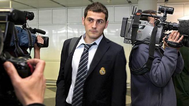Iker Casillas en el aeropuerto. (Efe)
