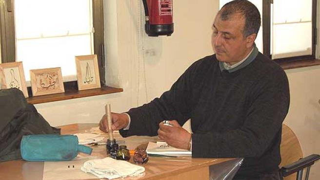 Uno de los pintores de la Rambla realiza el examen que se le pide para poder trabajar en el paseo.