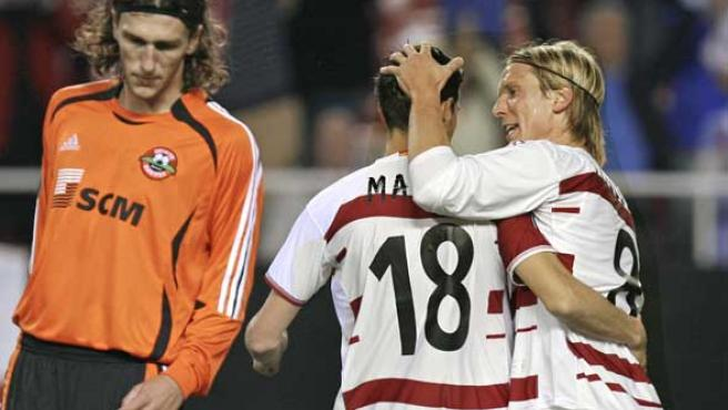 Poulsen (d) felicita a Martí (18) por su tanto de penalti. (Efe)
