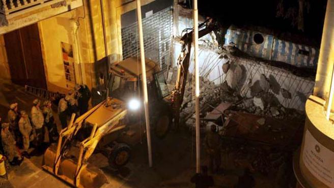 Demolicion del muro divisorio al final de la calle comercial Ledra en la ciudad amurallada de Nicosia (Chipre). (EFE)