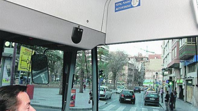 Este pequeño cartel muestra la prohibición de hablar por el móvil en los autobuses.(Rafa Molina)