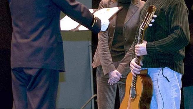 Ethuo Takahagi entrega una placa conmemorativa a Solera. (David Coll Blanco / Efe)