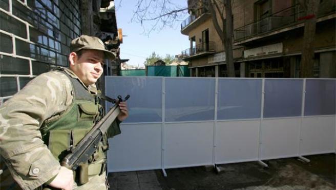 Un soldado custodia la calle Ledra, en Nicosia, donde se eleva la 'línea verde' (Foto: Efe)