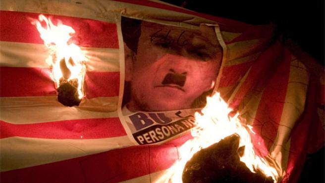 Universitarios en Guatemala queman una bandera que contiene una imagen de Bush caracterizado como Hitler (Foto: Efe)